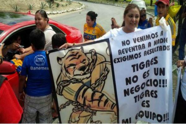 Hinchas de Tigres se manifestaron