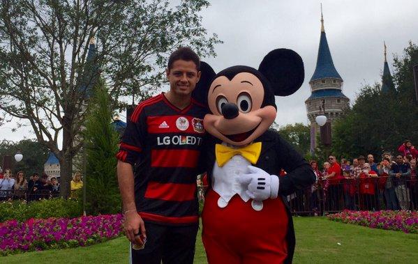 Mickey Mouse se toma una foto con Chicharito