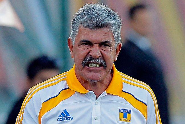 Pierde el 'Tuca' el bigote al ganar su sexto titulo