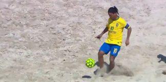 Ronaldinho deslumbró jugando al fútbol playa