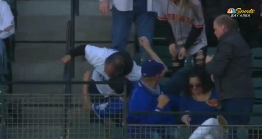 INSOLITO | Fan de los Dodgers tiró su comida en dos ocasiones separadas por atrapar pelotas de béisbol