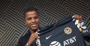 Dos Santos posa con la camisa del América / Foto: Twitter